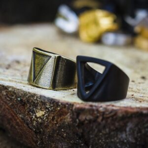 anillo-triangular-minimalista-accesorios-alternativos-para-hombres-moda-mexicana-anillos-joyeria-moteros mexico-jewerly-for-men-acero-inoxidable